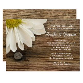 Weißes Gänseblümchen und Scheunen-hölzerne Karte
