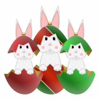 Weißes Häschen in den Weihnachtsverzierungen Fotostatuen