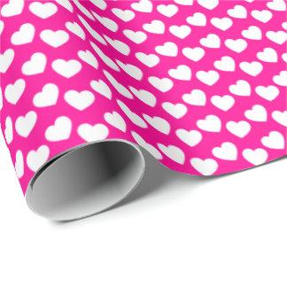 Weißes Herz-Muster auf rosa Packpapier