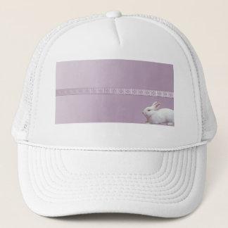 Weißes Kaninchen auf lila Hintergrund Truckerkappe