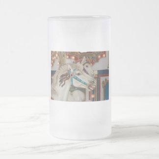 Weißes Karussellpferd mit blauem Zaumbild Mattglas Bierglas