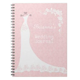 Weißes Kleid, auf rosa Hochzeits-Planer-Notizbuch Spiralblock