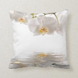 Weißes Orchideen-Wurfs-Kissen
