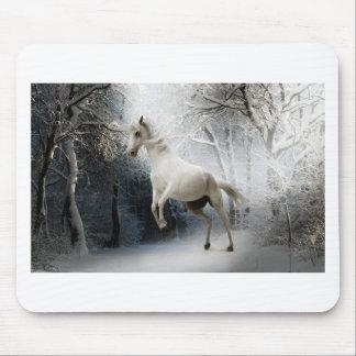 Weißes Pferd im Winter Mauspad
