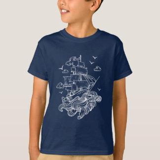 Weißes Segelboot über Wellenlinie Kunst T-Shirt