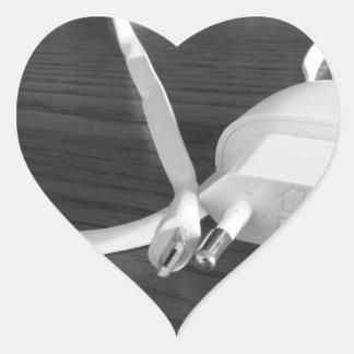 Weißes smartphone Ladegerät auf hölzerner Tabelle Herz-Aufkleber