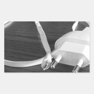 Weißes smartphone Ladegerät auf hölzerner Tabelle Rechteckiger Aufkleber