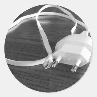 Weißes smartphone Ladegerät auf hölzerner Tabelle Runder Aufkleber