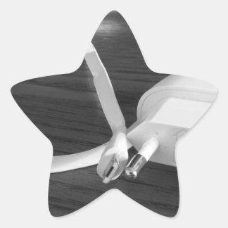 Weißes smartphone Ladegerät auf hölzerner Tabelle Stern-Aufkleber