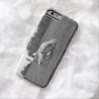 Weißes Stuten-Rollen im Gras auf einer BC Ranch Barely There iPhone 6 Hülle