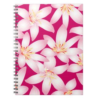 Weißes tropisches Blumen auf Rosa Spiral Notizblock