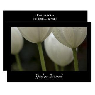 Weißes Tulpe-Frühlings-Hochzeits-Proben-Abendessen Karte