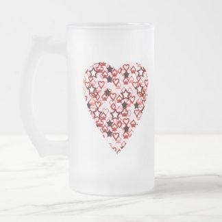 Weißes und dunkelrotes Herz. Gemusterter Mattglas Bierglas