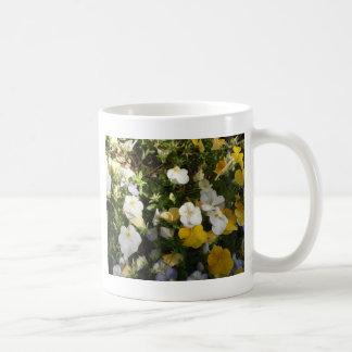 Weißes und gelbes Stiefmütterchen Kaffeetasse