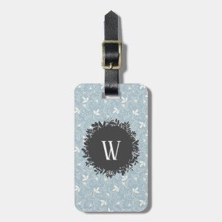 Weißes und hellblaues Blumenmuster mit Monogramm Gepäckanhänger