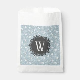 Weißes und hellblaues Blumenmuster mit Monogramm Geschenktütchen