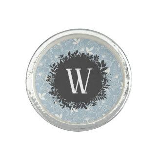 Weißes und hellblaues Blumenmuster mit Monogramm Ring