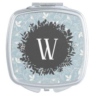 Weißes und hellblaues Blumenmuster mit Monogramm Taschenspiegel