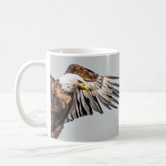 Weißkopfseeadler auf dem Flügel Kaffeetasse