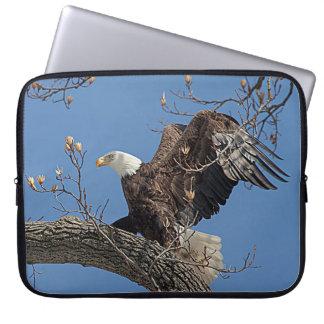 Weißkopfseeadler auf einem Baumast Laptop Sleeve