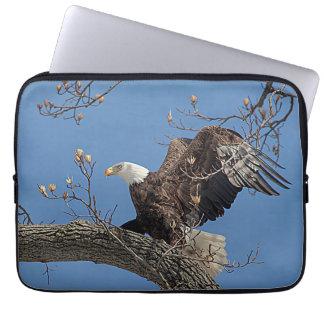 Weißkopfseeadler auf einem Baumast Laptopschutzhülle