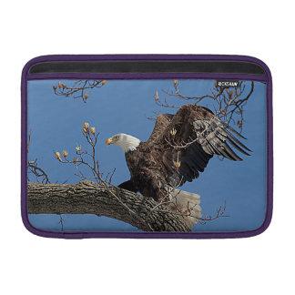 Weißkopfseeadler auf einem Baumast Sleeve Fürs MacBook Air