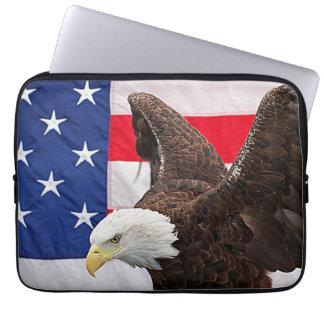 Weißkopfseeadler mit der amerikanischen Flagge Laptop Sleeve
