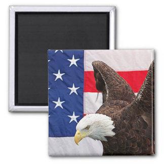 Weißkopfseeadler mit der amerikanischen Flagge Quadratischer Magnet