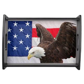 Weißkopfseeadler mit der amerikanischen Flagge Tablett