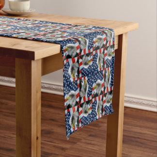Weißkopfseeadler und amerikanische Flagge Kurzer Tischläufer