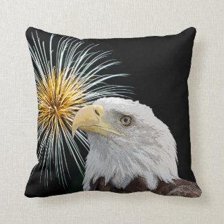 Weißkopfseeadler und Feuerwerke Kissen