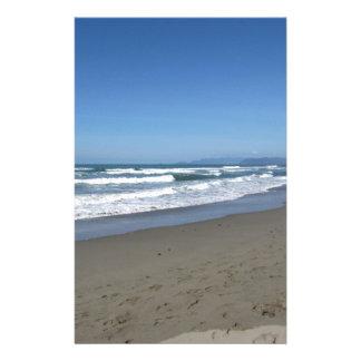 Wellen des Meeres auf dem Sand setzen auf den Druckpapier