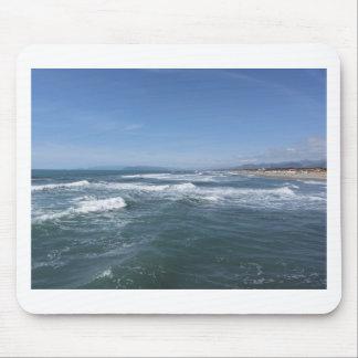 Wellen des Meeres auf dem Sand setzen auf den Mousepad