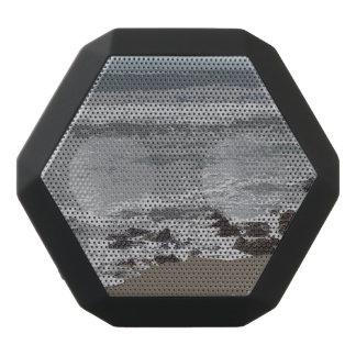 Wellen, die an zum Strand zusammenstoßen Schwarze Bluetooth Lautsprecher