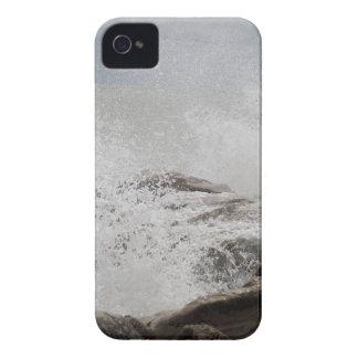 Wellen, die auf Felsen brechen iPhone 4 Case-Mate Hüllen