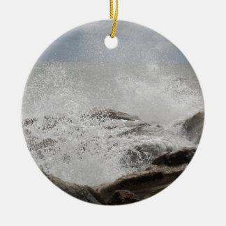 Wellen, die auf Felsen brechen Keramik Ornament