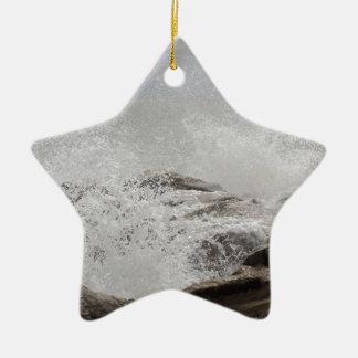 Wellen, die auf Felsen brechen Keramik Stern-Ornament