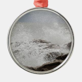 Wellen, die auf Felsen brechen Rundes Silberfarbenes Ornament
