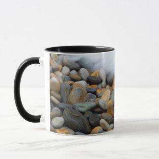 Wellen, die auf Kiesel, Tsitsikamma brechen Tasse