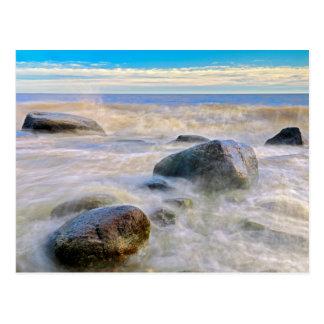 Wellen, die auf Küstenliniefelsen zusammenstoßen Postkarte