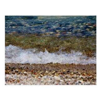Wellen, die das Strand-Ufer schlagen Postkarte