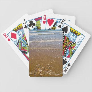 Wellen, die gegen Kiesel auf einem Strand spritzen Bicycle Spielkarten