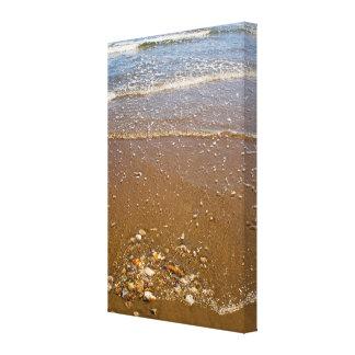 Wellen, die gegen Kiesel auf einer Strand-Leinwand Leinwanddruck