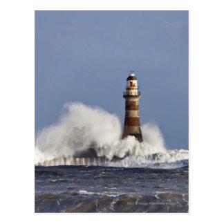 Wellen, die gegen Roker Leuchtturm zusammenstoßen Postkarte