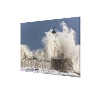 Wellen, die oben gegen einen Leuchtturm Gespannter Galerie Druck