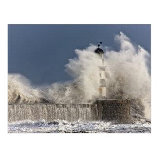 Wellen, die oben gegen einen Leuchtturm Postkarte