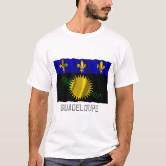 Wellenartig bewegende Flagge Guadeloupes mit Namen T-Shirt
