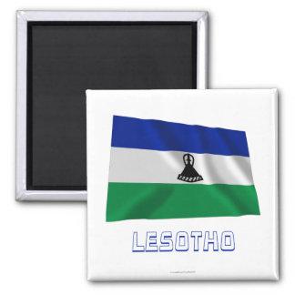 Wellenartig bewegende Flagge Lesothos mit Namen Quadratischer Magnet