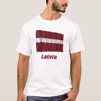 Wellenartig bewegende Flagge Lettlands mit Namen T-Shirt