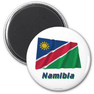 Wellenartig bewegende Flagge Namibias mit Namen Kühlschrankmagnet